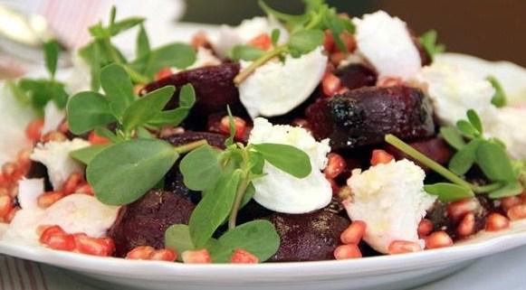 Салат из свеклы, моцареллы и портулака