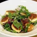 Зеленый салат с жареным козьим сыром